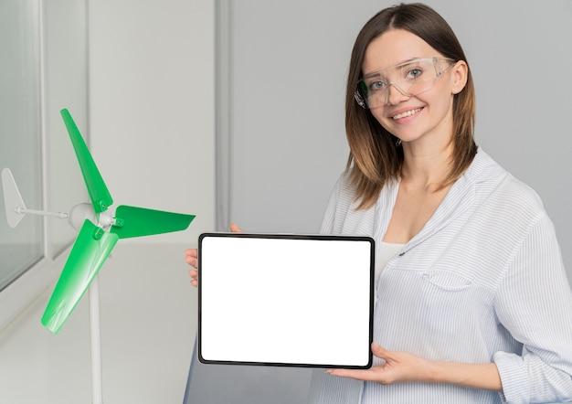 Jonge vrouw die aan een energiebesparende oplossing werkt