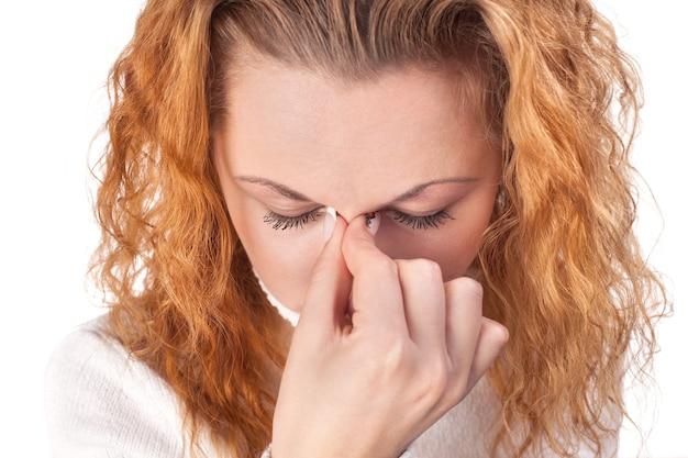 Jonge vrouw die aan hoofdpijn lijdt