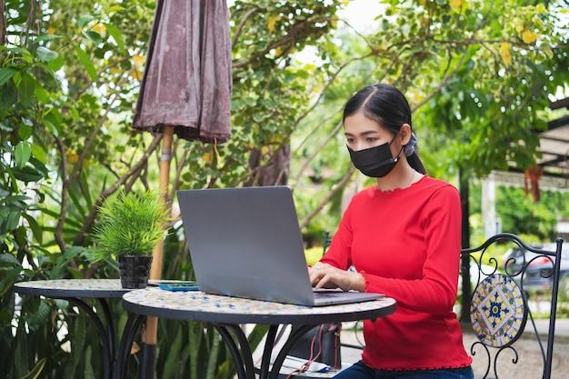 Jonge vrouw die aan laptop werkt