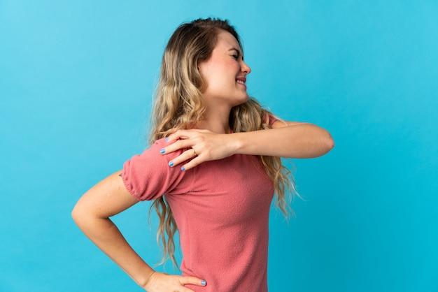 Jonge vrouw die aan pijn in de schouder lijdt