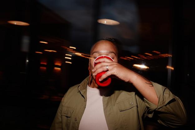 Jonge vrouw die alcohol drinkt