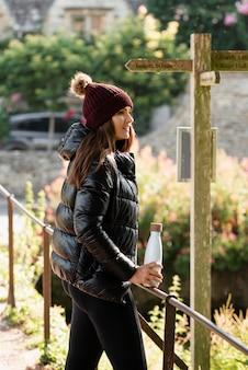 Jonge vrouw die alleen te voet reist