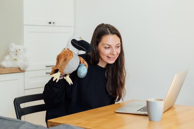 Jonge vrouw die als online kindermeisje van huis werkt