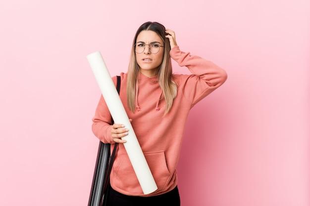 Jonge vrouw die architectuur bestudeert die wordt geschokt, heeft zij belangrijke vergadering herinnerd.