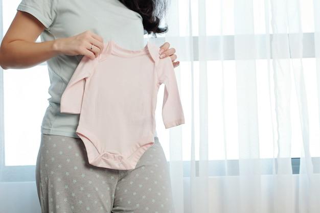 Jonge vrouw die baby verwacht