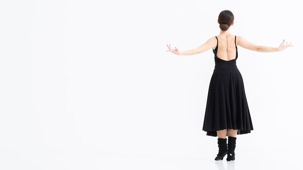 Jonge vrouw die ballet met exemplaarruimte uitvoert