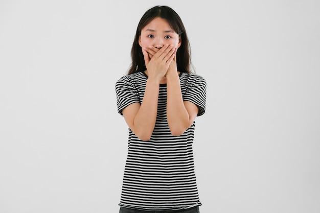 Jonge vrouw die bang voelt