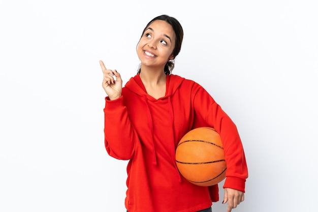Jonge vrouw die basketbal over geïsoleerd wit speelt die een geweldig idee benadrukt