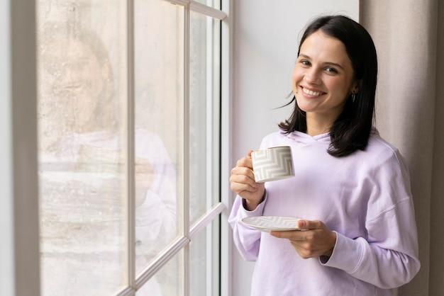 Jonge vrouw die binnenshuis ontspant