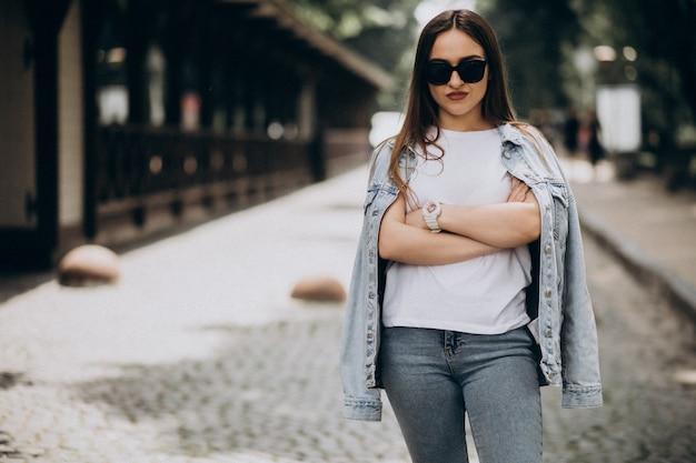 Jonge vrouw die buiten op een zonnige dag loopt