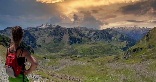 Jonge vrouw die col du tourmalet in de franse pyreneeën bekijkt
