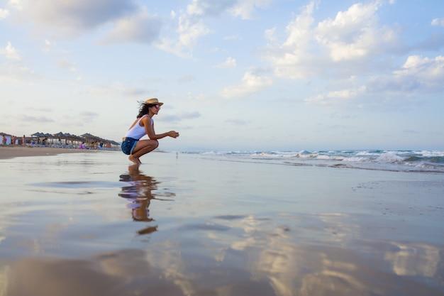 Jonge vrouw die de oceaan overweegt