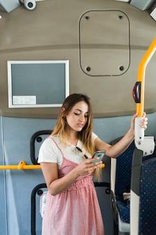 Jonge vrouw die door bus reist