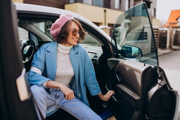 Jonge vrouw die door elektrische auto reist