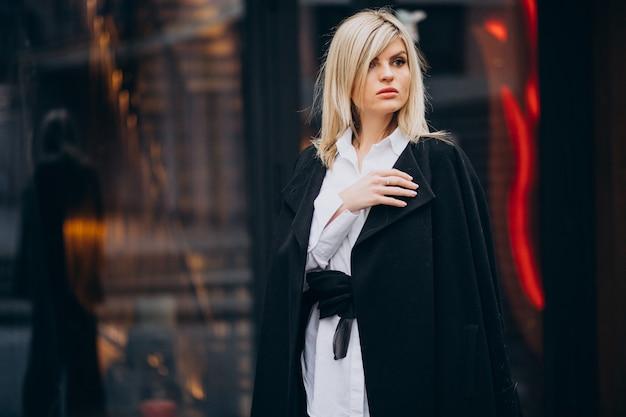 Jonge vrouw die door het gebouw loopt