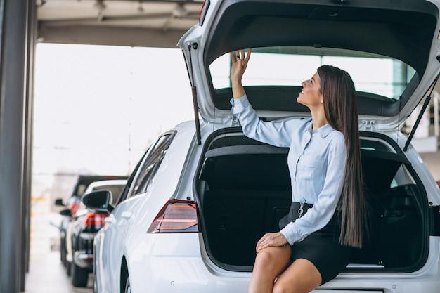 Jonge vrouw die een auto koopt
