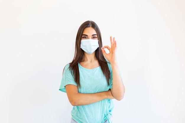 Jonge vrouw die een beschermend masker draagt