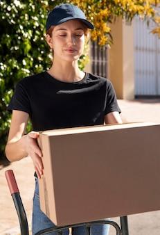 Jonge vrouw die een bestelling levert