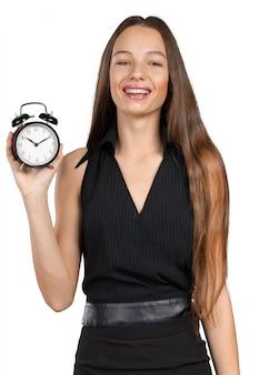 Jonge vrouw die een concept van het kloktijdbeheer houdt