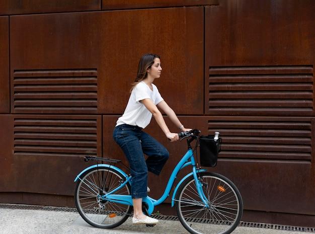 Jonge vrouw die een eco-manier gebruikt voor transport