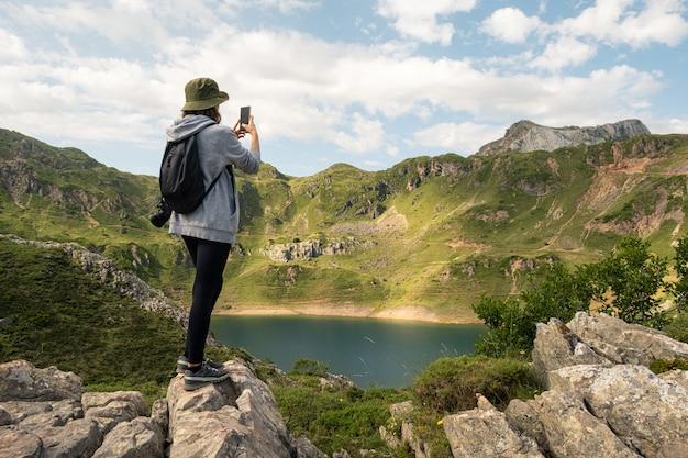 Jonge vrouw die een foto maakt van een meer