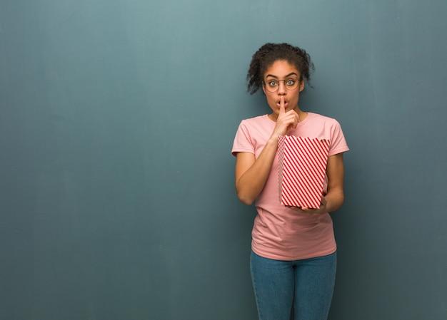 Jonge vrouw die een geheim houdt of om stilte vraagt.