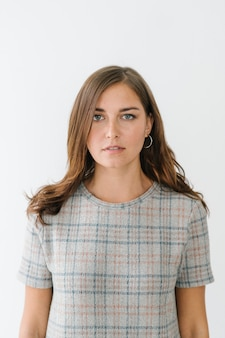Jonge vrouw die een geruit t-shirt draagt