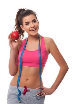 Jonge vrouw die een gezonde levensstijl bevordert