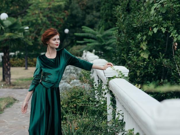 Jonge vrouw die een groene kleding draagt