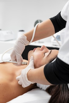 Jonge vrouw die een huidverzorgingsbehandeling heeft