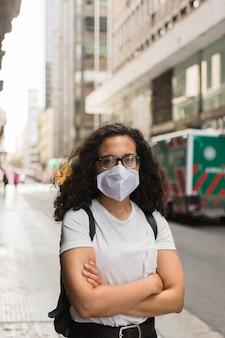 Jonge vrouw die een medisch masker draagt