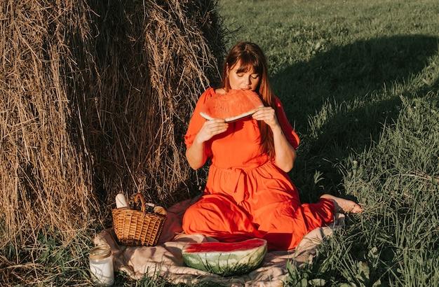 Jonge vrouw die een picknick heeft