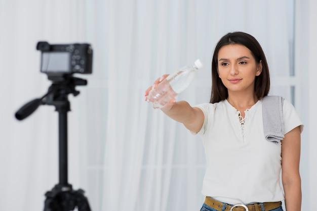 Jonge vrouw die een reclame opneemt