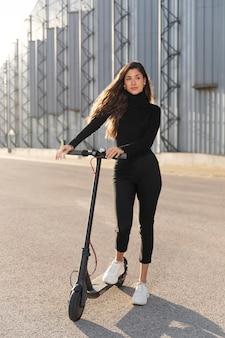 Jonge vrouw die een ritje met een autoped maakt