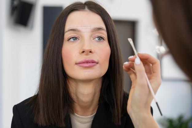 Jonge vrouw die een schoonheidsbehandeling krijgt