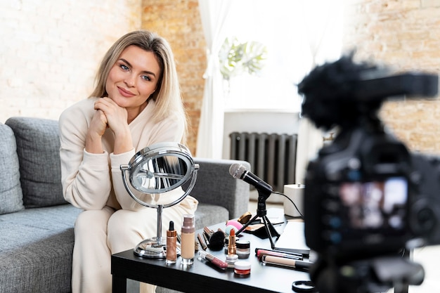 Jonge vrouw die een schoonheidsvlog doet