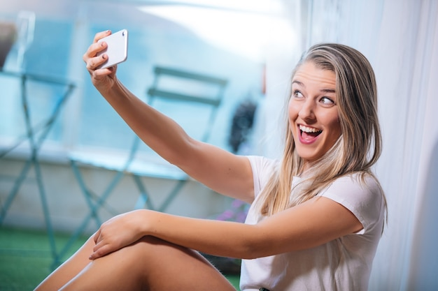 Jonge vrouw die een selfie maakt