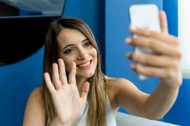 Jonge vrouw die een selfie neemt