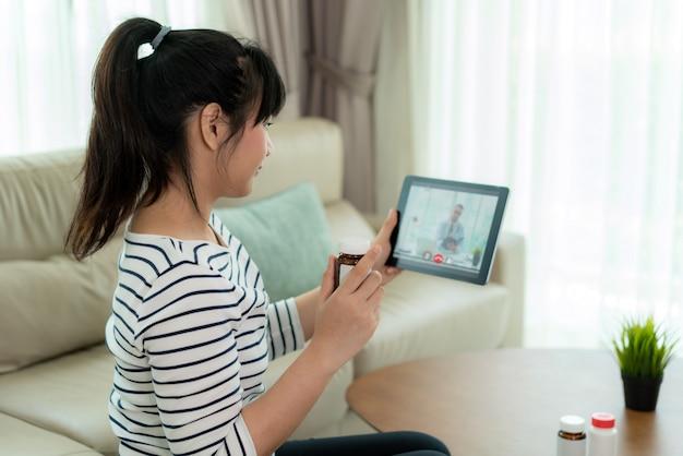 Jonge vrouw die een videogesprek met haar arts heeft