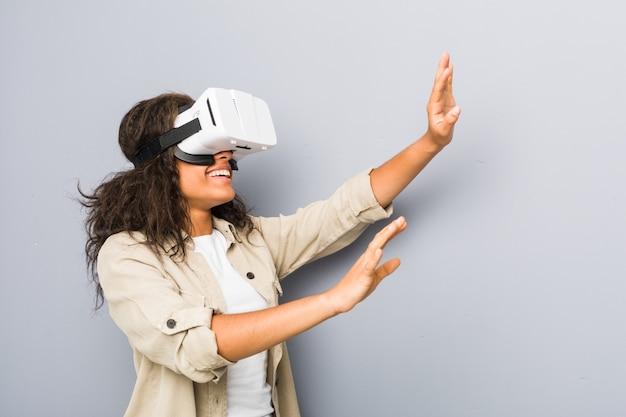 Jonge vrouw die een virtuele werkelijkheidsglazen gebruiken