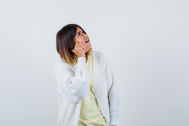 Jonge vrouw die een wit vest draagt