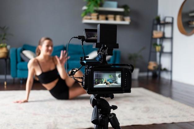 Jonge vrouw die een work-out vlog maakt