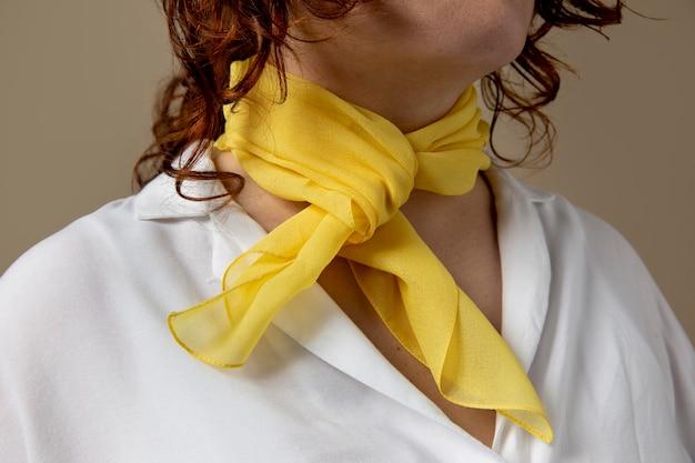 Jonge vrouw die een zakdoek draagt als nekaccessoire