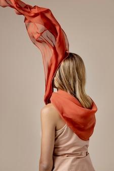 Jonge vrouw die een zakdoek draagt