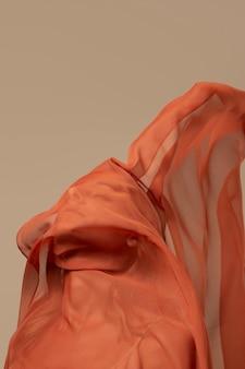 Jonge vrouw die een zakdoek op haar gezicht draagt