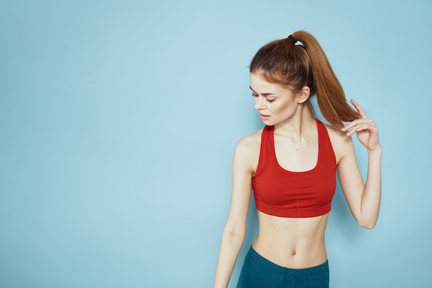 Jonge vrouw die fitness thuis doet