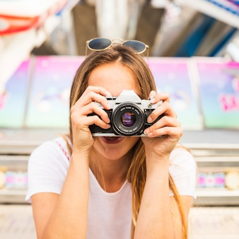 Jonge vrouw die foto met camera neemt