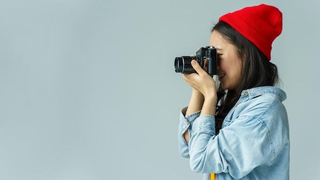 Jonge vrouw die foto's neemt