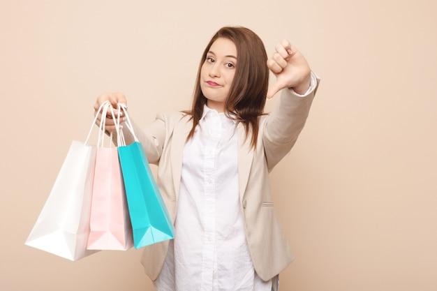 Jonge vrouw die gaat winkelen