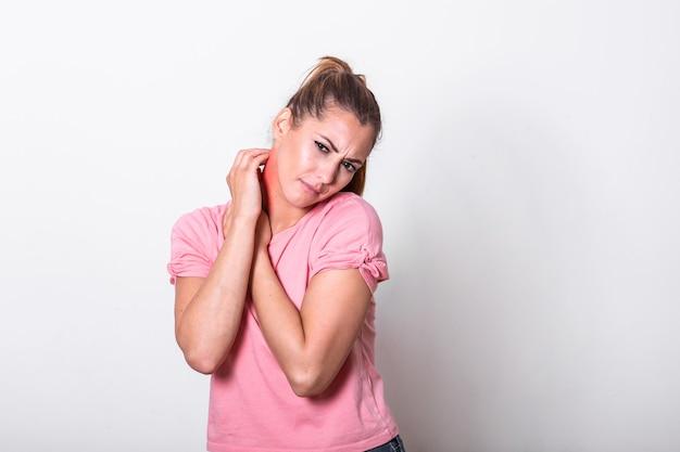 Jonge vrouw die gebeten, rode, gezwollen nekhuid krabt van muggenbeten